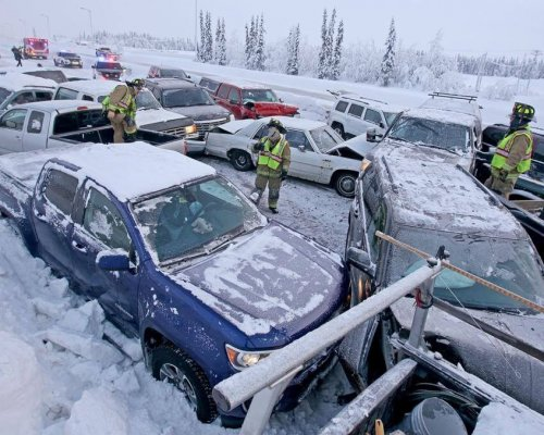Multple car accident on the highway in the snow.